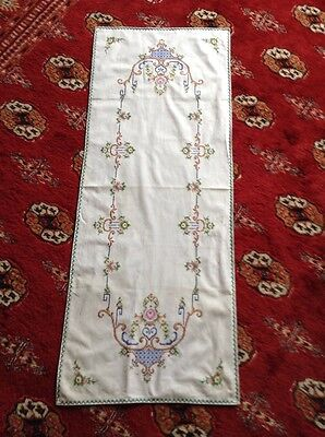 Beautiful Vintage Linen Hand Embroidered Table Runner ~