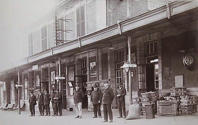 CARTE-PHOTO QUAI de GARE LOUVIERS CHEF de GARE CHEMINOTS PUBLICITES, vers 1910