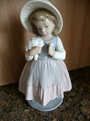 Vintage  Retired Nao Lladro  Girl with Posey of Flowers Figurine (ref P834)