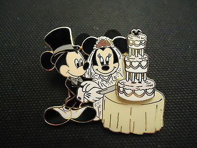 Disney Mickey & Minnie Mouse Cutting The Wedding Cake Pin