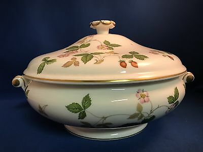 "WEDGWOOD WILD STRAWBERRY (BONE) R4406 8"" Round Covered Vegetable Dish with Lid"