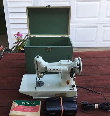 """MINT VTG SINGER WHITE FEATHERWEIGHT 221K SEWING MACHINE RED """"S"""" 1964 with CASE"""