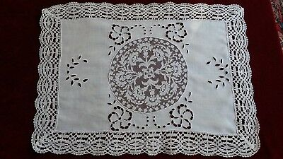 ANCIEN NAPPERON 02 CENTRE DE TABLE LIN BRODE ET DENTELLE 41x57cm Old doily