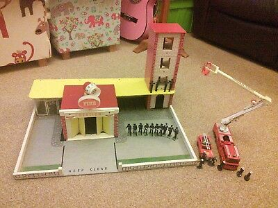 Vintage PLAYCRAFT (Gt.Britain) N190 FIRE STATION with accessories.