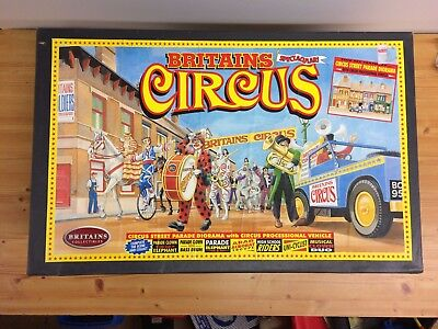 Rare Britain's circus diorama street scene with Land Rover In Great condition