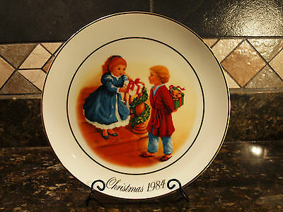 Vintage Avon Christmas Memories Holiday Plate 22K Gold Trim Made In Japan 1984