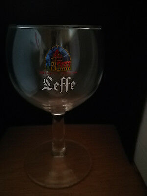 Verre galopin Leffe pied droit