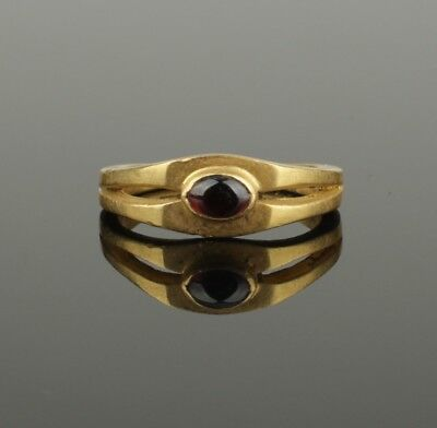 ANCIENT ROMAN GOLD RING SET WITH A GARNET CABOCHON - 2nd Century AD