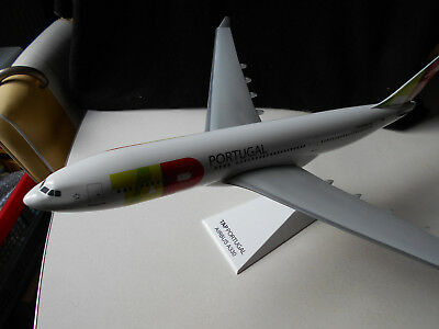 Old Model Airplane / Ancienne Maquette d' Agence