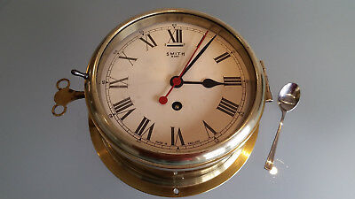 SMITHS LARGE BRASS CASED SHIPS BULKHEAD 8 DAY CLOCK. WEIGHS 3.4kg WITH KEY.