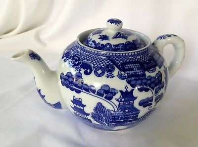 VINTAGE - WILLOW PATTERN TEAPOT 4 CUP. C.1960's.