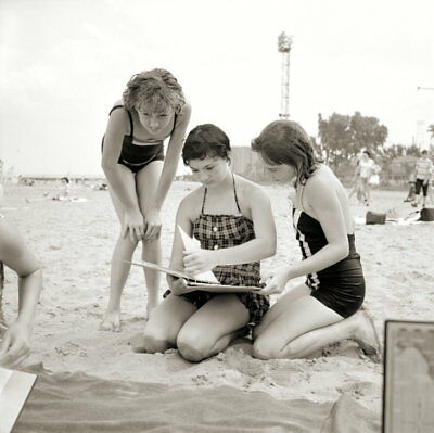 Vintage PRETTY GIRLS Negative 1950s BEACH POSE