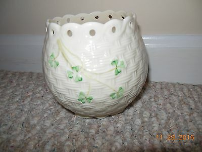 VINTAGE Ireland Irish Belleek Shamrock Basket Weave Scalloped Vase Gold Mark EXC