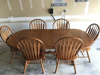 Oak Table/Dining set With 2 Built In Leaves And 6 Chairs