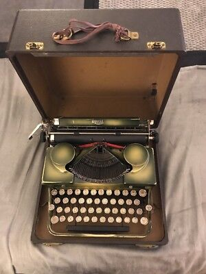 ROYAL Typewriter, Made in AMERICA comes with the case USED