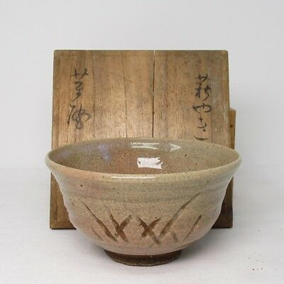 F865: Japanese old KARATSU pottery tea bowl of HORI-GARATSU of GOHON-CHAWAN