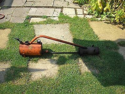 Flame gun to remove weeds .