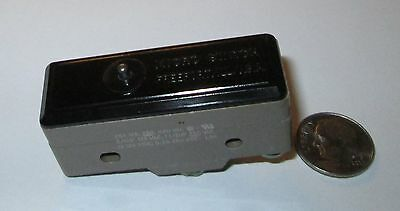 Micro Switch/honeywell  Limit Switch Spdt Pin Plunger  25 Amp Nos