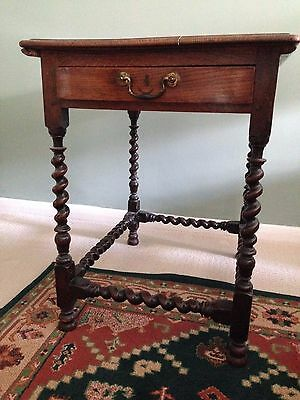 Beautiful 18th century oak side table with turned legs and drawer
