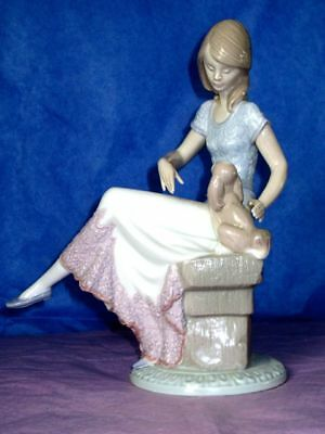 Lladro LADY SEATING WITH A DOG 7612 Porcelain Vintage Figurine