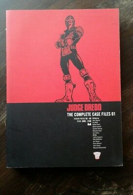 Judge Dredd: Complete Case Files v. 1. John Wagner. 2000 AD.