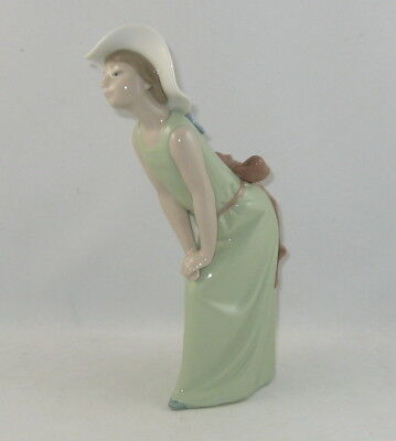"Lladro Figurine 5009 ""CURIOUS GIRL WITH STRAW HAT"""