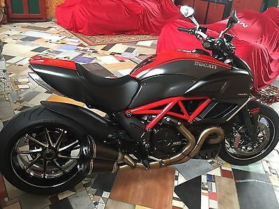 Ducati Diavel Carbon red + original Ducati Performance Zubehörteile,1a Zustand