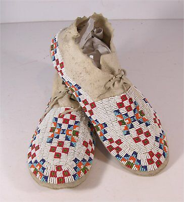 1920s PAIR OF NATIVE AMERICAN SIOUX INDIAN BEAD DECORATED HIDE MOCCASINS
