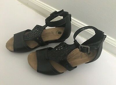 7058fefe0d03 WOMEN S EARTH ORIGINS Hermia Black Leather Wedge Sandal Size 6 ...