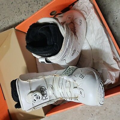 Brand new RIDE SAGE Ladies US6 snowboard boots with BOA - DISCOLOURATION