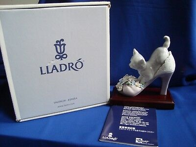 Lladro figurine A Well Heeled Puppy (Cobuado Entre Flores) 06744- Mint with box.