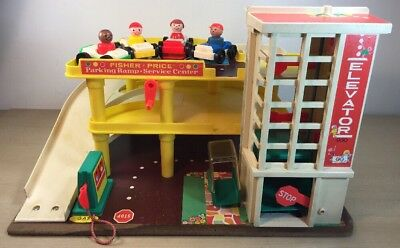 FISHER PRICE PLAY FAMILY GARAGE Parking Ramp #930 wood base 1970s 4 people cars