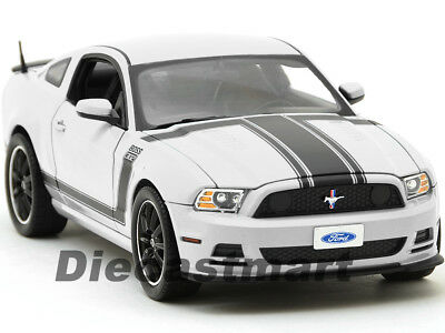 2013 Ford Mustang Boss 302 Weiß 1:18 Modell Auto Shelby Collectibles SC452