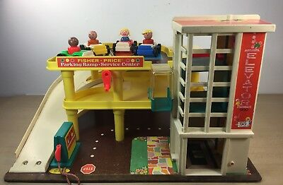 Vintage FISHER PRICE PLAY FAMILY GARAGE Parking Ramp #930  1970s 4 people cars
