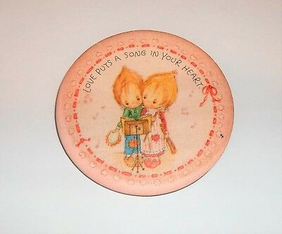 "VINTAGE 1979 Hallmark /Betsey Clark ""Love Puts a Song in Your Heart"" Pin/Button"