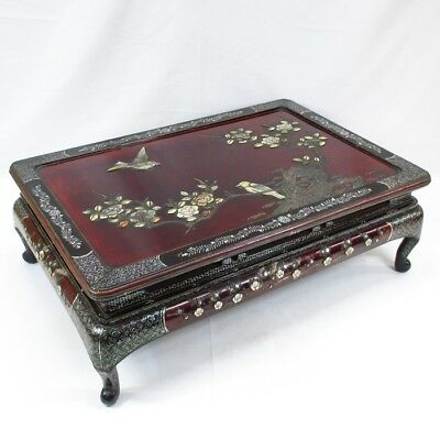 H927: Highest class Chinese lacquered stand with fantastic great mother-of-pearl
