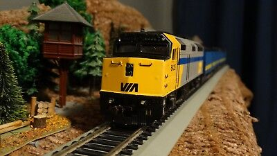 HO Scale CN VIA Rail EMD F40PH  Powered Locomotive  Lot E