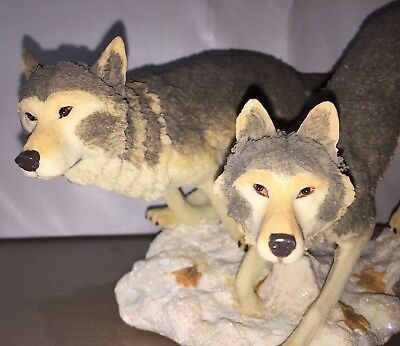 2 Wolves on the Hunt Classic Wildlife Collection Resin Figurine Tags Box Packing