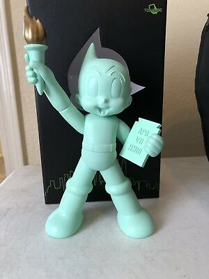 """Astro Boy Glow-in-the-Dark GID Sold Out Exclusive NY Comic Con 10"""" Vinyl Art Toy"""