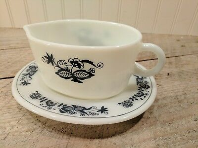 Vintage Pyrex Old Town Blue Onion Gravy Boat & Underplate Excellent Corning