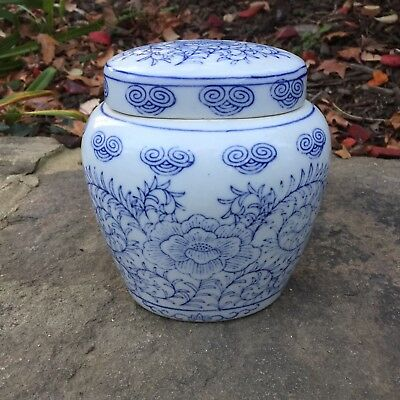 Chinese Export Porcelain blue white lidded Ginger Jar Vase Vines Flowers