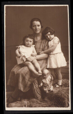 UNSETTLING BABY DOLL & CLINGING GIRLS w MAMA~ 1920s VINTAGE PHOTO