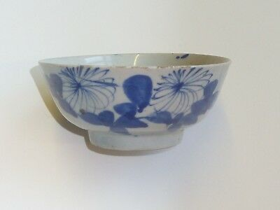 UNUSUAL SMALL 10.5cm DIAMETER FLORAL DESIGN BLUE & WHITE CHINESE 100 YR+ BOWL