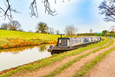 Narrow Boat Hire in the Peak Forest Canal, Peak District. Narrowboat holiday.