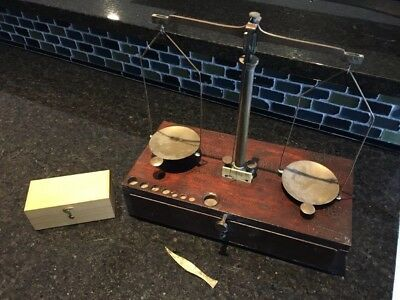 ANTIQUE APOTHECARY SCALE BALANCE WITH WOODEN STORAGE BOX with weight set