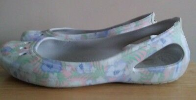 f49ca4f9b16 CROCS WOMENS KADEE Graphic Ballet Flat, Tropical Floral White, 7 M ...