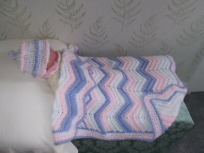 """``NEW`` HAND CROCHETED , CAR SEAT/PRAM  BLANKET APROX  31"" x 24""+CUP CAKE HAT"