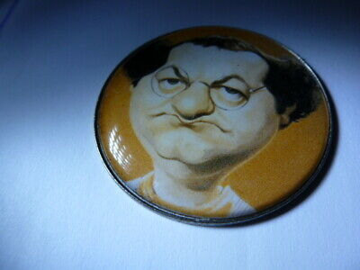rare XXL pin metal celebrity pin caricature   COLUCHE  model couleur OCRE