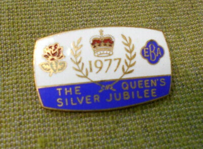 #D89.  1977  Queens  Silver Jubilee Lapel  Badge