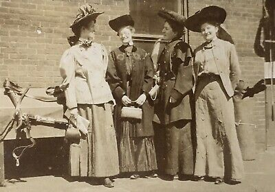 1890's FOUR LADIES GATHER AT THE LIVERY CABINET CARD PHOTO Mansfield Ohio